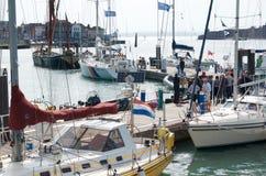 En samling av yachter i den Portsmouth hamnen, Hampshire Arkivfoto