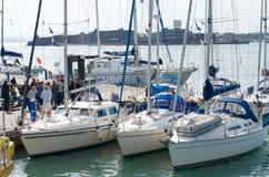 En samling av yachter/katamaran i den Portsmouth hamnen, Hampshire Royaltyfri Bild