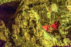 En sammansättning av stalaktit och stalagmit i den nya Afon grottan Abchazien Royaltyfria Bilder