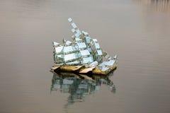 En samtida konstdesign av en segelbåt Royaltyfri Bild