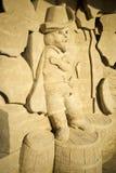 En sandskulptur av kissekatten i kängor arkivbild