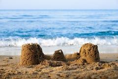 En sandslott på en strand royaltyfri bild