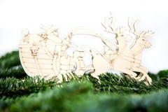 En Santa Claus i en släde Arkivfoto