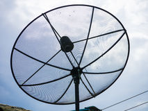 En satellit- maträtt på taket royaltyfri foto