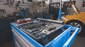 En sats av hjälpmedel för att reparera - skruvmejseln, voltmetern, skiftnycklar - bilbilservice royaltyfri fotografi