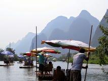 En scenisk bambuflotteritt ner den Yulong floden nära Chaolong Kina Arkivbild