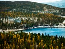 En scenisk sikt av berg en sjö royaltyfria foton