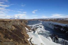 En scenisk sikt av den guld- vattenfallet Arkivfoton