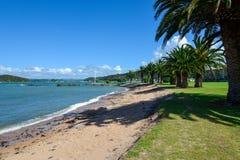 En scenisk sikt av den Waitangi stranden på den Copthorne semesterorten nära Paihia Royaltyfri Bild