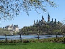 En scenisk sikt av parlamentkullen i Ottawa från den quebec sidan arkivfoto