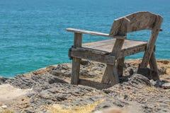En scenisk sikt av stranden och havet på en bänk av Thailand Arkivbild