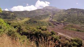 En scenisk sikt av Tungurahua Volcano On en Sunny Day arkivfilmer