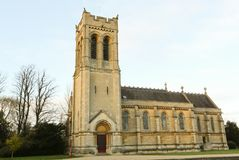 En scenisk sikt för höst av en gammal kyrka i Woburn, UK arkivbild
