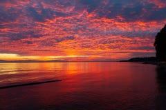 En scenisk solnedgång av solskenkusten royaltyfria foton