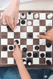 En schackbräde med schackstycken royaltyfri foto