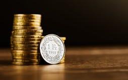 En schweizare frankerar mynt- och guldpengar Royaltyfri Fotografi