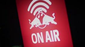 En señal de peligro del aire en el estudio de grabación de los sonidos, radio, canal de televisión