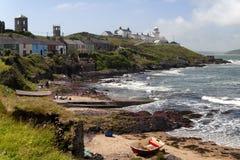 En seascape av en strand och en Roches punktfyr royaltyfri fotografi