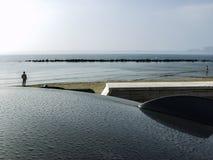 En seascape från överkanten för bil` som s är dold med regndroppar arkivfoto