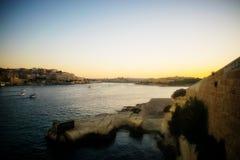 En seascapesikt från Sliema på solnedgången arkivfoto
