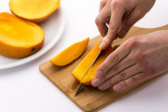 En second lieu coupé un tiers d'une mangue divisée en trois parties égales Photo stock