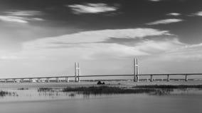 En second lieu Severn Crossing en noir et blanc images stock