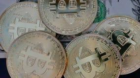 En sedel för dollarräkning täcker med guld- bitcoins stock video