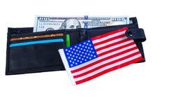 En sedel hundra dollar, svart handväska och en amerikanska flaggan Royaltyfri Fotografi