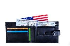 En sedel hundra dollar, svart handväska och en amerikanska flaggan Fotografering för Bildbyråer