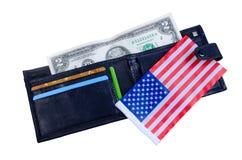 En sedel två dollar, svart handväska och en amerikanska flaggan Arkivfoton
