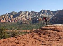 En Sedona bergcyklist på bruten pilslinga Arkivfoto