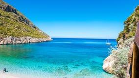 En segelbåt in i turkosmedelhavet, på San Vito Lo Capo, Sicilien royaltyfri foto
