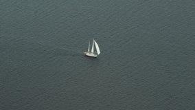 En segelbåt på havet arkivfilmer