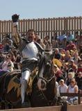 En segerrik riddare på den Arizona renässansfestivalen Fotografering för Bildbyråer