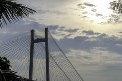 En segundo lugar puente de Howrah - el puente voladizo histórico en el río el Ganges fotos de archivo