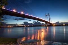 En segundo lugar puente del río de Hooghly en la oscuridad También sabido pues el Vidyasagar Setu él es el puente permanecido el  Fotografía de archivo