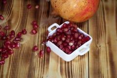 En selectivo de las semillas de la granada en la taza blanca foto de archivo libre de regalías