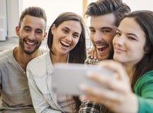 En selfie med vänner arkivbilder