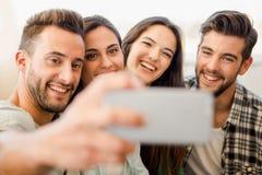 En selfie med vänner arkivbild