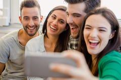 En selfie med vänner royaltyfri bild