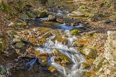 En sena Autumn View av att vråla körd liten vik Arkivbild