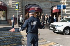 En septiembre de 2017, Moscú, Rusia El encargado del tráfico regula el paso de peatones cerca de la GOMA en cuadrado rojo Fotografía de archivo