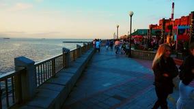En septiembre de 2018 - Vladivostok, Primorsky Krai - la gente da un paseo en un día caliente del otoño a lo largo del terraplén  metrajes