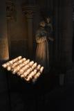 En serie av stearinljus i katolska kyrkan Royaltyfria Bilder