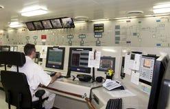 En service dans la salle de commande d'engine Image libre de droits