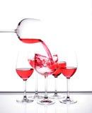 En set av sex wineexponeringsglas. Arkivfoton