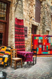 11 9 2016 - En shoppa som säljer traditionella mattor i den gamla staden av Chania Fotografering för Bildbyråer