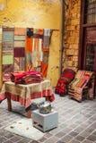 11 9 2016 - En shoppa som säljer traditionella mattor i den gamla staden av Chania Royaltyfri Foto