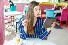 En shopping för ung kvinna i ett online-lager stora rabatter Co Arkivfoton