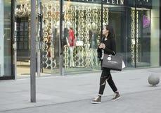 En shoppingflicka Fotografering för Bildbyråer